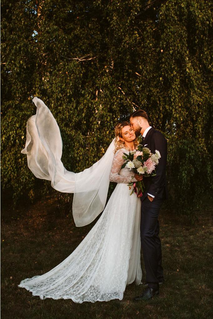 Para nowożenców podczas sesji ślubnej