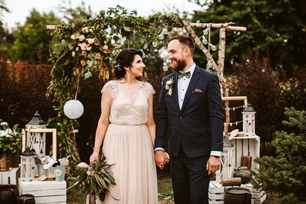 Para młoda podczas ceremonii ślubnej